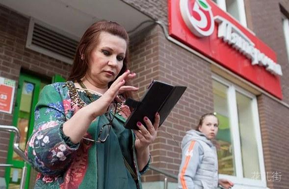 力压中国大妈!俄罗斯大妈靠日间交易赚了一辆英菲尼迪和两套房-花儿街